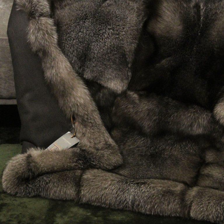 Fuchsdecke-Blue-Frost-Fox-Schoko-strukturseide-detail